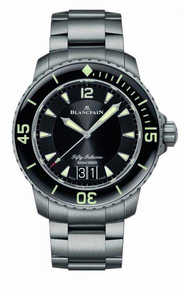 Blancpain Fifty Fathoms Grande Date Ce printemps la marque habille ses modèles iconiques de montres de plongée Fifty Fathoms Automatique et Fifty Fathoms Grande Date d'un élégant bracelet en titane. Ce dernier se caractérise entre autres choses par sa formidable légèreté.