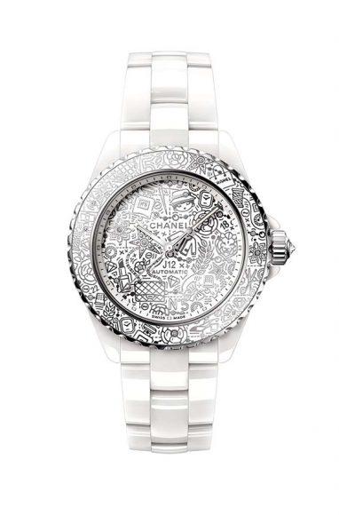 Chanel J12 20 Cette année, le célèbre modèle Chanel, reconnaissable au premier coup d'œil célèbre avec liesse ses 20 ans. Déjà 20 ans, seulement 20 ans, tant la J12 semble avoir toujours fait partie du paysage des merveilles horlogères. Pour l'occasion cette dernière s'habille de 20 symboles de la marques en motifs polis rhodiés.