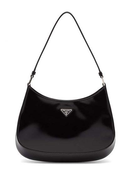 Sac Porté Epaule Cléo Prada réinvente son modèle iconique des années 90 à la forme arrondie caractéristique à la base et sur les côtés. En cuir brossé - 22 x 27 cm. PPC: 1600 €