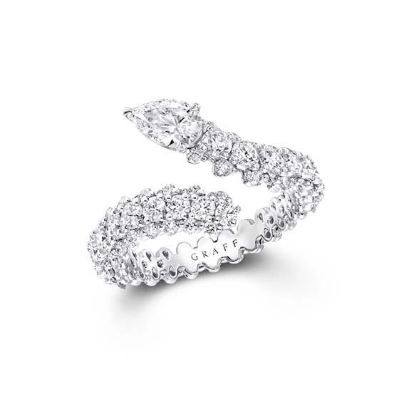 Bague Graff Duet En or blanc sertie de diamants blancs (2.15cts). Graff réinterprète ici avec modernité l'iconique motif 'toi et moi'.